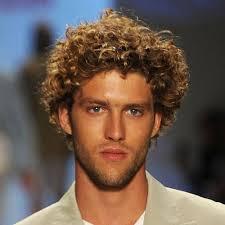 رجل ذو شعر مجعد تسريحات الشعر للرجال للشعر المجعد