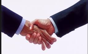 Resultado de imagen de Hombres y mujeres dándose la mano, fotos