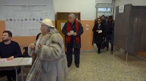 Regionali Calabria, Pippo Callipo arriva al seggio: la signora si dimentica  di votare