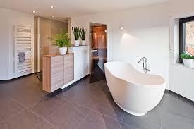 Freistehende Badewanne Im Großen Wohlfühlbadezimmer Raumfabrik