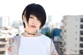 ぱっつんオンザ眉女性アーティストの個性的な前髪が可愛すぎる