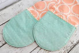 this easy sew casserole pot holder has two connected hot pads perfect for carrying