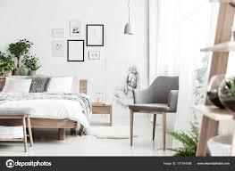 Grauer Stuhl In Hellen Schlafzimmer Stockfoto Photographeeeu