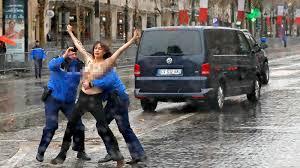 Résultats de recherche d'images pour «Tại Công trường Cộng hòa, Paris X, một nhóm tả khuynh quá khích tổ chức biểu tình chống ông Trump .»