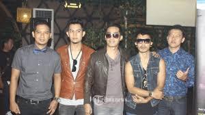 Hijau daun mengawali karier musik profesionalnya melalui label sony bmg indonesia pada bulan april 2008. Chord Gitar Lagu Ilusi Tak Bertepi Hijau Daun Dilengkapi Lirik Cinta Mengapa Singgah Di Hatiku Tribunnews Com Mobile