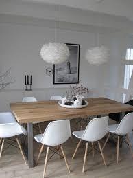 chaises en plastique blanc table en bois clair re boule blanc sol en parquet clair