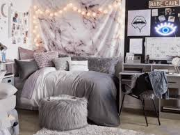 Canvas art provides styling and personal design to your d'cor. 10 Examples Of Artsy Dorm Room Wall Art That Aren T Posters Society19 Uk