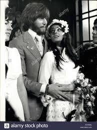 Sett. 01, 1970 - Bee Gee Barry Gibb sposi. Bee Gees cantante e fondatore  Barry Gibb è stato sposato a Caxton Hall - oggi il suo compleanno - a  20-anno-vecchio Linda grigio,