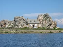 la maison située entre ces deux énormes rochers se nomme castel meur surement la maison la plus célèbre de toute la brene à plougrescant