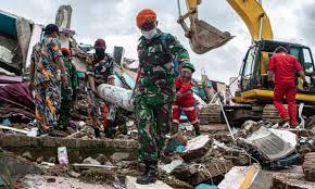 Indonesia hit by 6.4 magnitude earthquake. Indonesia Earthquake Monsoon Rains Slow Search For Survivors As Death Toll Passes 80 Indonesia The Guardian
