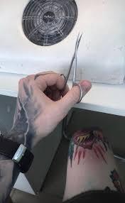 татуированный бородатый мужик стал мастером маникюра в челябинске