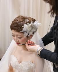 結婚式にベリーショートの簡単アレンジ花嫁お呼ばれの髪型と髪飾りも