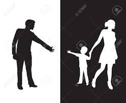 彼の若い子が母親に手を差し伸べる男のシルエットは反対側に子を削除し父親から分離しますお父さん