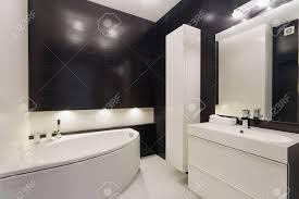Bild Von Luxuriösen Schwarz Und Weiß Badezimmer Mit Eleganten