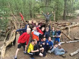 tijdens de werkweek hebben alle leerlingen van de groepen 7 in zelf samengestelde groepjes aan een eigen hut gewerkt uiteindelijk heeft de deskundige jury