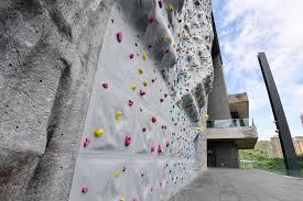 戶the outdoor climbing wall is so