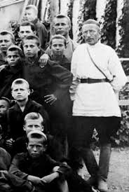 Антон Макаренко педагог писатель чекист  Антон Макаренко и его воспитанники