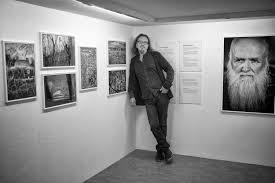 i det lilla black door gallery i Örebro fick otroligt nog nästan hela utställningen plats på den övre mezzaninvåningen var det så p att jag kunde stå
