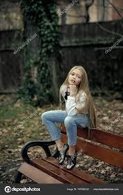 Dívka V Módní Džíny Sedí Na Lavičce Módní Malé Dítě Má Dlouhé