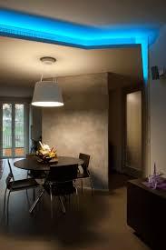 Un salotto illuminato con una striscia led rgb strisce led