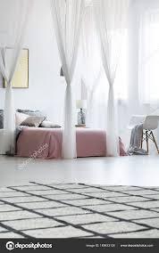 Geräumiges Schlafzimmer Mit Himmelbett Stockfoto Photographeeeu
