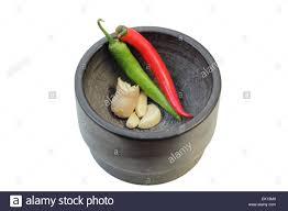 Ingwer, Knoblauch Und Chili (einige Der Grundzutaten In Der Thailändischen  Küche) In Einem Mörser Isoliert Auf Weißem Hintergrund.