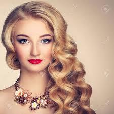 ファッション ジュエリーやエレガントな髪型の若い美しい女性の肖像画