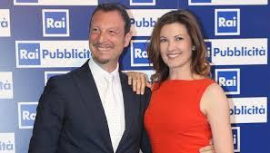 Giovanna Civitillo moglie di Amadeus inviata per La Vita in diretta a Sanremo