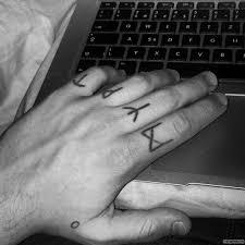 руны тату на пальцах у парня добавлено иван вишневский