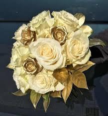 Il colore per i 50 anni di matrimonio è certamente l'oro e sarà il punto focale, quindi nastri, decorazioni, confetti e anche i fiori per i 50 anni di matrimonio dovranno rimandare allo stesso colore. Bouquet Da Sposa X 50 Anni Fiori Della Vecchia Viareggio Facebook