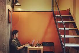 Về thiết kế của blackbird coffee, quán có 1 tầng trệt và 1 tầng lửng với tông màu cam chủ đạo. Ä'ắm Chim Trong Những Bản Nhạc Du DÆ°Æ¡ng Tại Blackbird Coffee