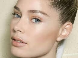 ternyata mengaplikasikan blush pada area tulang pipi bisa membuat wajah tak lebih merona dari dalam khususnya bagi yang memiliki wajah bulat