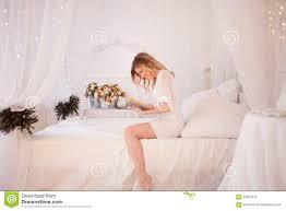 Frau Liest Ein Buch Das Auf Bett Sitzt Junges Schönes Mädchen In
