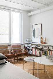 Woonkamer Met Vintage Stoelen En Ronde Tafeltjes Living Room With