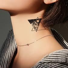 черная временная татуировка наклейка женская рука глобус флора тату