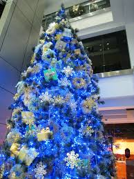 blue-themed-christmas-tree-decorations
