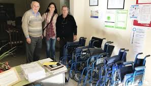 Personal de Ameghino restauró sillas de ruedas a institución de adultos  mayores