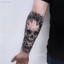 фото мужской татуировки на руке череп в стиле реализм тату салон