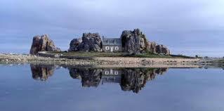 cette maison entre deux rochers fut l objet d une cagne de munication réalisée par la région brene qui se termina par un procès au