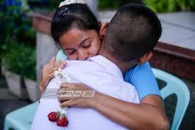 """สุดน่ารัก! ทารกใส่เสื้อธีม """"รักแม่"""" เนื่องในโอกาสวันแม่แห่งชาติ : PPTVHD36"""