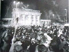 「1989年 - ベルリン・ブランデンブルク門の開通式」の画像検索結果