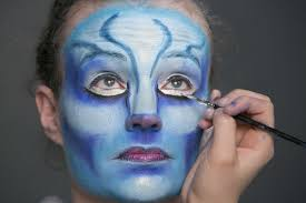 although they are morphologically similar to humans the na vi have a wider nose and larger eyes cirque says so the makeup artists in the costume