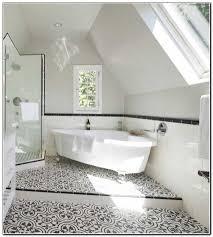 Fliesen Badezimmer Mediterran Badewanne Schwarz Weiss Dachgeschoss