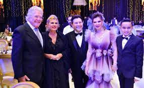 كل العيون على زوجة هاني شاكر بزفاف ابنهما.. لم تسلم من التعليقات السلبية!