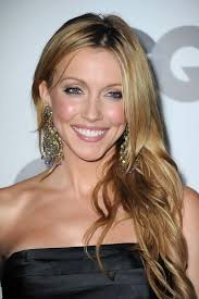 katie cassidy added instant glam to her look with gold and crystal chandelier earrings