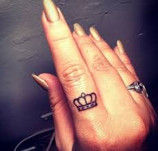 тату корона на указательном пальце у девушки фото рисунки эскизы