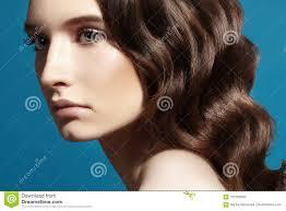 Beau Modèle De Femme De Charme Avec Le Maquillage Frais