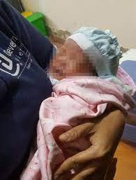 Bé gái sơ sinh 3,2 kg bị bỏ rơi ở trạm y tế - Báo Người lao động