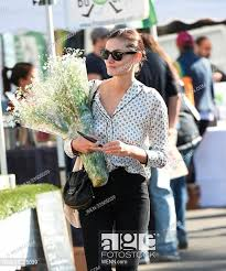 phoebe tonkin picks up flowers at the