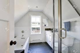 Modernes Weißes Badezimmer Interieur Im Dachgeschoss Das Zimmer Hat